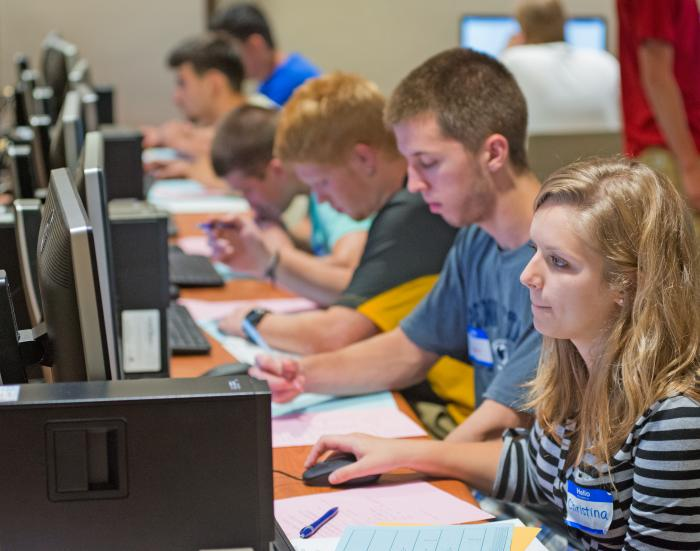 New students use computers during New Student Orientation