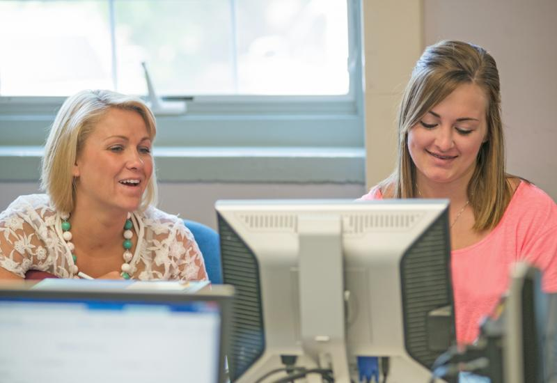 A new student meets with an adviser during New Student Orientation